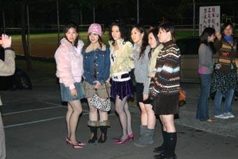 耶誕舞會主辦單位特別安排讓穿著膝上二十公分短裙的女同學免費入場,許多女同學當場比辣,十分養眼。(記者陳光熹攝影)
