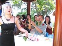 資訊中心劉佳欣,上週在「金釵賽美」選拔會上,變裝成辣媽展示舞技。(攝影/郭展宏)