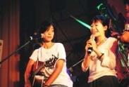 吉他社同學(右)看到心儀的偶像,興奮地告白,卻叫台上台下都虛驚一場。(記者張佳萱攝)