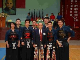 本校劍道男子代表隊員於賽後與教練吳金璞〈前排中〉合照。〈劍道社提供〉