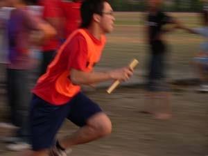 14.接力賽中,同學奮力向前衝衝衝。