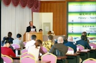 創辦人張建邦博士於「全球未來學教育:創新方法、實務與制度」國際學術研討會中致詞表示,培養具有全球發展洞察力的領導者是本校成立未來學研究所的目標。(記者陳震霆攝)