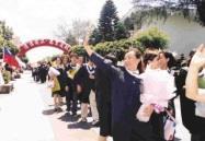 參與遊園的畢業生,走過寫有「浩浩淡江,萬里通航」的拱門,熱情的揮手向師長們道別。