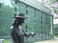 文錙藝術中心及少女銅雕。