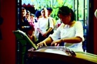 古箏表演吸引愛樂人駐足聆聽。