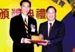 本報獲得網頁競賽第三名,由學術副校長馮朝剛頒發獎牌,本報社長羅卓君領獎後合影。