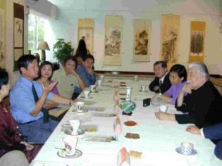 淡水鎮長郭哲道(圖左二)與本校藝術中心主任李奇茂(圖右一)研商舉辦文藝季。(圖�張佳萱攝)