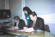 張校長率本校訪問歐洲代表團赴比利時達文西高等學院,與該校校長Prof. B. Devlammink(Pres-ident)簽訂學術交流協議書。(國交會提供)