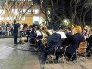 本校管樂社上週四晚間七時在文錙藝術中心前的景觀噴泉廣場,舉行期末耶誕音樂會,熱鬧昂揚的曲目,為校園提前帶來了聖誕節的氣氛。