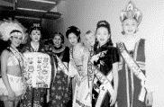 ▲ 黃 莉 智 ( 右 二 ) 在 韓 國 得 獎 後 與 各 國 佳 麗 合 影 。 ( 黃 莉 智 提 供 )