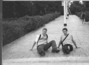 兩個好朋友   鮑麥凱(圖左)說:「淡江真是漂亮!」何銳思說:「是呀!我真捨不得離開呢!」何銳思已修完淡江課程,到大陸學中醫去了。