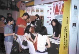 本校參加國際教育諮商協會在曼谷舉辦的「國際教育展」,國交處主任陳惠美(右)正向同學們介紹本校特色,當地同學對本校課程特別感興趣。(國交處提供)