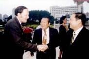 荷 西 大 學 DAVID ESCOBAR GALINDO校 長 ( 左 ) 由 前 校 長 陳 雅 鴻 ( 中 ) 介 紹 , 與 校 長 張 紘 炬 寒 暄 問 候 。 ( 攝 影 \韓 兆 容 )