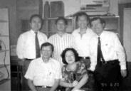 陳元音(前排左)與愛妻吳慕貞及英文系老師周新民(後排左起)、楊銘塗、梁廷基、李瑞弘合影。(圖�李瑞弘提供)