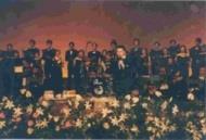 蔡睿智校友與本校合唱團、前中視音樂總監林家慶率領的管絃樂團共同演出。(記者陳建豪攝)