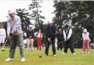 創辦人張建邦(左二)、張校長(右二)、張副校長(右)與校友一同參加校慶高球賽。
