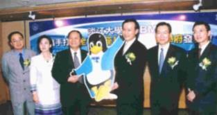 台灣IBM公司總經理許朱勝(右三)代表將身著藍色燕服的「linux企鵝」,贈送本校校長張紘炬(左三),右二為IBM亞太區副總裁錢大群,左二為副校長張家宜,左一為資訊中心主任黃明達。(記者張佳萱攝)