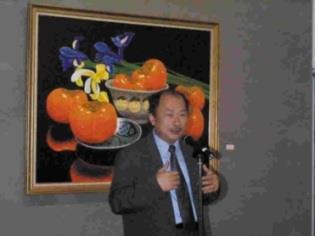 台北市立美術館館長黃才郎特地蒞校為當代名家油畫精品展剪綵,並致詞。