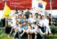 國企系同學在獲得全國大專漆彈錦標賽男子組  亞軍後,高興地捧著獎盃合影留念!(圖\國企系提供)