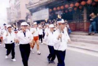 前校長林雲山在福佑宮前接棒。