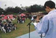 同學們的樂器演奏,為下午茶帶來輕鬆時刻。(張佳萱攝)