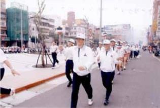 淡水鎮長郭哲道校友主跑第七棒,浩浩蕩蕩通過捷運站前。