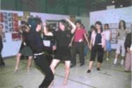 輕快活潑的美式捷舞,姿勢火辣。國標社每週二於社辦前的教學活動,總能吸引過路人的目光。(記者張佳萱攝)