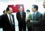 張校長(左)應邀參加大傳系四媒體啟用典禮,盛讚系主任張煦華(右)為改造該四媒體所做的努力。(記者張佳萱攝)