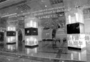沿著玻璃圍牆進入,牆上黏著展示主題的字,共有七國語言。(記者張佳萱攝)