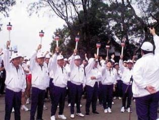 校長在聖火台前,與參與活動的校長校友們高呼:淡江大學校運昌隆!
