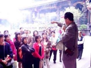 女 聯 會 走 訪 艋 舺  龍 山 寺 , 周 宗 賢 老 師 ( 右 ) 細 細 解 說 。 ( 攝 影 \ 賴映秀 )