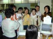 上週四華江高中老師們參觀資訊中心時,用心觀摩、仔細聆聽勤做筆記。(圖�邱啟原攝)