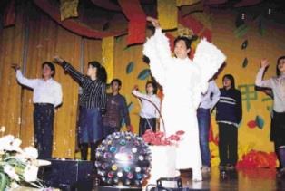 技術學院秘書邱榮金(前站者),在歲末聯歡會中,打扮成愛神邱比特,穿著白色羽毛裝,載歌載舞,詼諧逗趣的演出,讓全校師生對他刮目相看。(記者陳國良攝影)