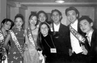 本文作者(右二)與各國參賽友人合影,圖左三為台灣小姐徐慧君,左二為去年第一名的大陸小姐李。