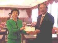 化學系校友張純明捐給母校新台幣五百萬元,由行政副校長張家宜代表接受。
