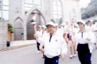 真理大校長葉能哲校友自創辦人手中接過聖火,主跑第二棒。