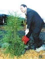 校長張紘炬執鏟種樹。