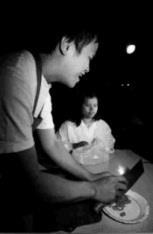 由廖志萍、張玉霞飾演的夫婦,正在討論「什麼是『藍』?」(盲生資源中心提供)