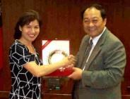 校長頒獎給陳怡穎老師。