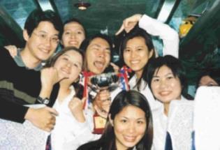 捧著全國金嗓獎的冠軍獎盃,合唱團的同學開心的不得了。(合唱團提供)