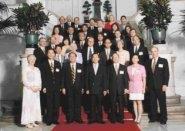 陳總統接見張創辦人(見左圖)、校長以及姊妹校校長、未來學學者並合影留念,圖右為與姊妹校校長分批合影之一部分。(董事會提供)