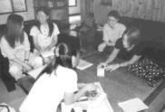 住在麗澤國際學舍的中外籍同學,最喜歡在一樓大廳聊天交流。(圖/張佳萱攝)
