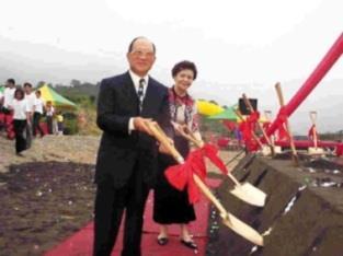 創辦人張建邦及董事長張姜文錙(右)親自動鏟,啟動蘭陽校園正式施工。