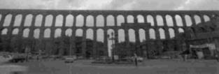 △不費膠泥、五金,於西元一世紀後築建成的羅馬水道橋(Acueducto Romano)。