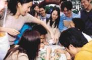 吃海之冰比賽,同學們圍著起鬨,現場熱鬧非凡,笑聲四起。(記者陳震霆攝影)