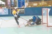 資工二C楊詩晨當天表現搶眼,共進七球,圖為他以第一時間搶進一球,但被四海商專守門員擋下。(圖曲棍球社提供)