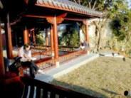 新落成的覺軒,有舒服的中國式迴廊,在這裡偷閒小憩,十分愜意。(記者邱啟原攝)