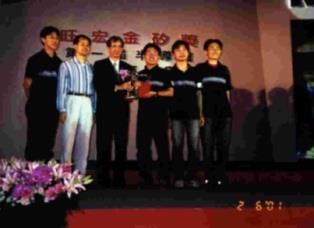 由翁慶昌教授(左二)領軍的Jajambo隊獲得旺宏金矽獎應用組最大獎,自中研院李遠哲院長(左三)手中接下獎座。