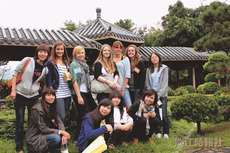 法國佛瑞高中生來訪  驚嘆宮燈之美