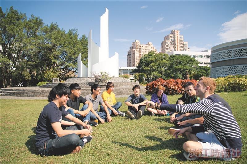 法國高中生來台和淡江學生交流,隨處都是語言聊天室!(攝影/謝佩穎)